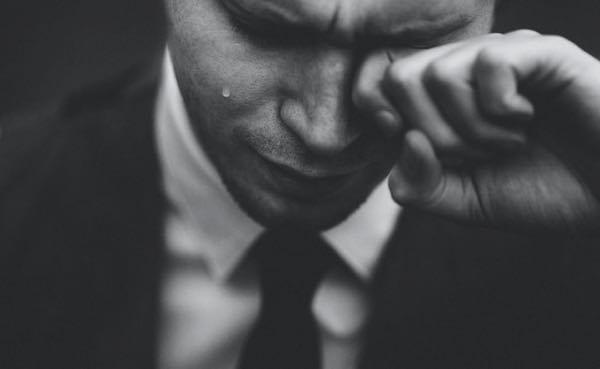 スーツ姿で泣いている男性