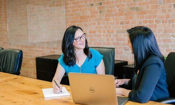 オフィスでPCを前にお話をする2人の女性
