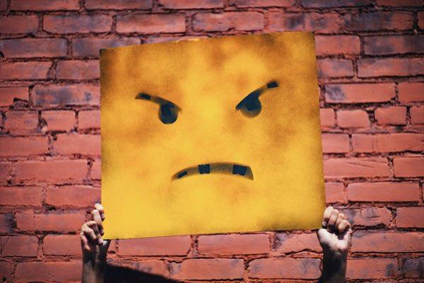怒っている顔の黄色い紙