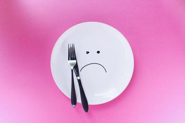 ガッカリしているお皿とナイフとフォーク