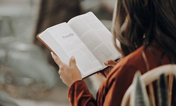 本を読んでる女性