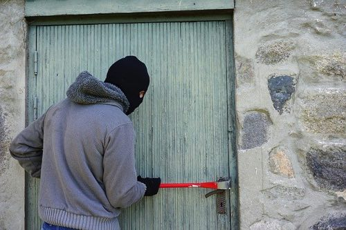 家に盗みに入ろうとしている泥棒