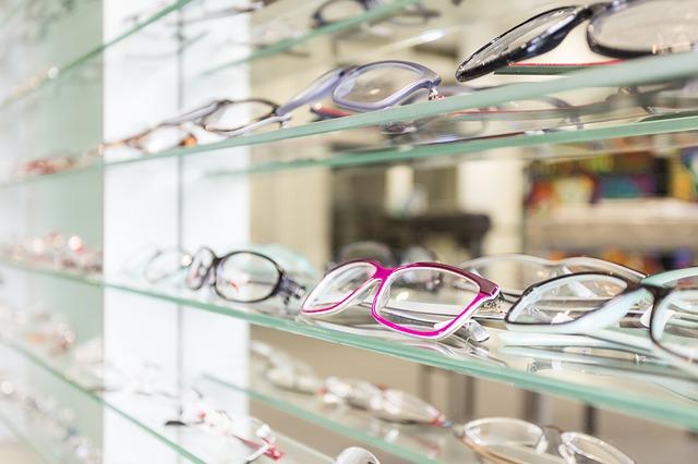 メガネがたくさん載っている棚
