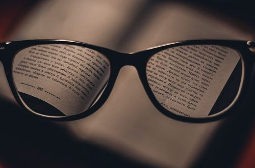 メガネで拡大される本の文字
