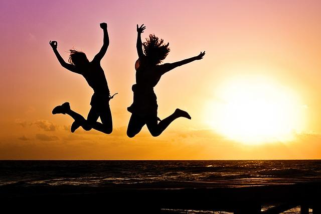 喜んで飛び跳ねる女性2人