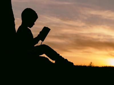子どもが本を読んでいる