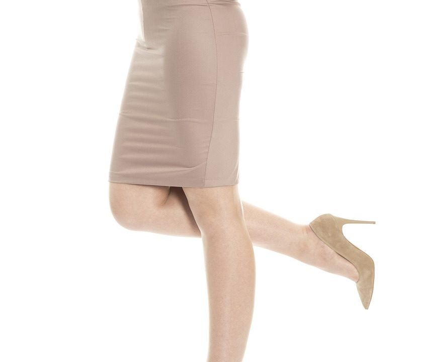 ストッキングを履いている女性