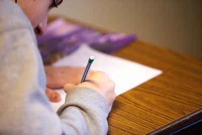 答案を書いている男の子