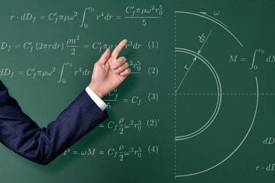 黒板と先生の手