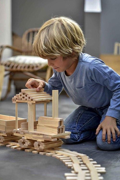 カプラで遊ぶ金髪の男の子