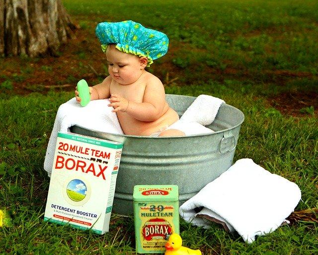 お外でお風呂に入る赤ちゃん