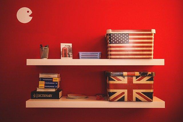 赤い壁とアメリカとイギリスの国旗