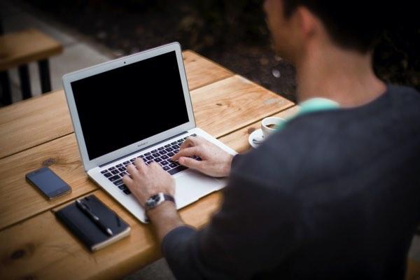 ノートパソコンでタイピングしている