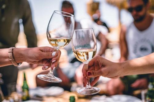 乾杯をするワイングラス