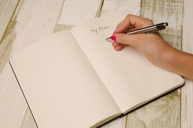 ノートに書き込んでいる