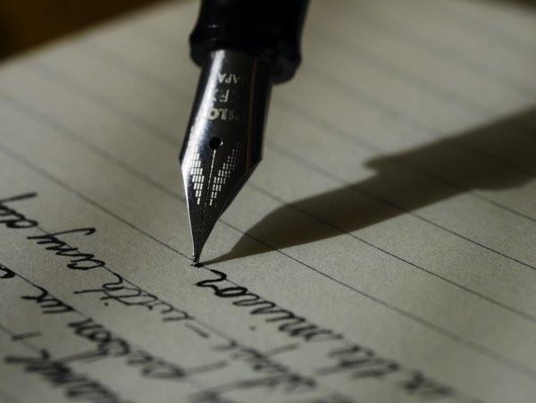 万年筆で書いている