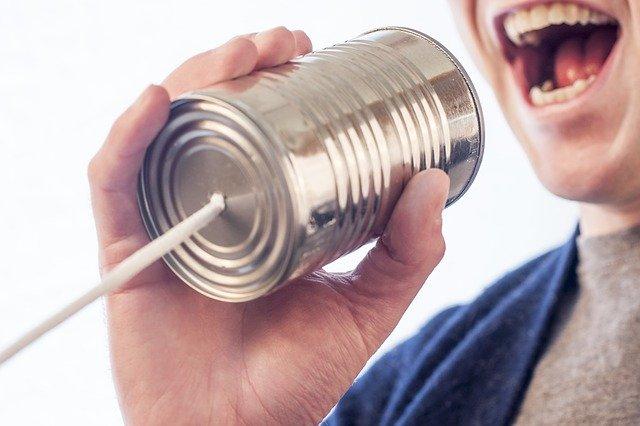 糸電話で話している人