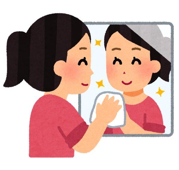 鏡掃除をする女性