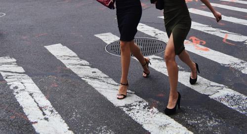 ヒールを履いて道路を歩いている女性2名
