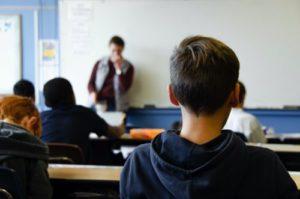 授業を受ける男の子