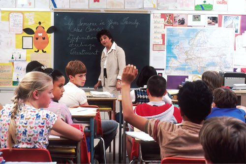 教室で男の子が手をあげている