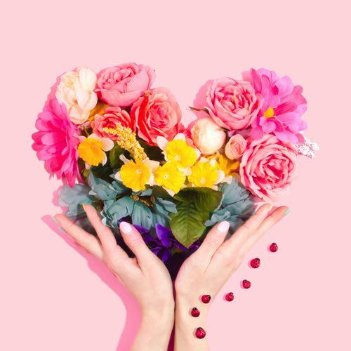 ハートの形をしたお花と手