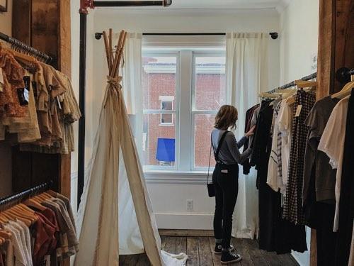 お店で洋服を選ぶ女性