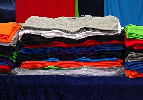 たたんであるたくさんのTシャツ