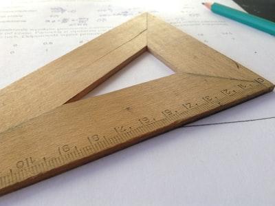 木製の定規と鉛筆