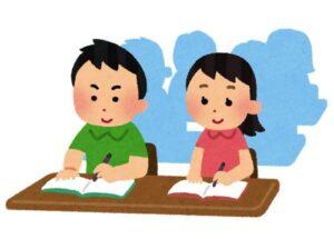 教室で勉強している子どもたち